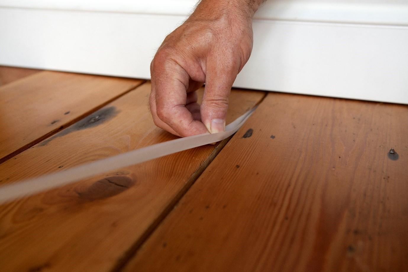 Чем заделать щели в деревянном полу: инструкция и фото.
